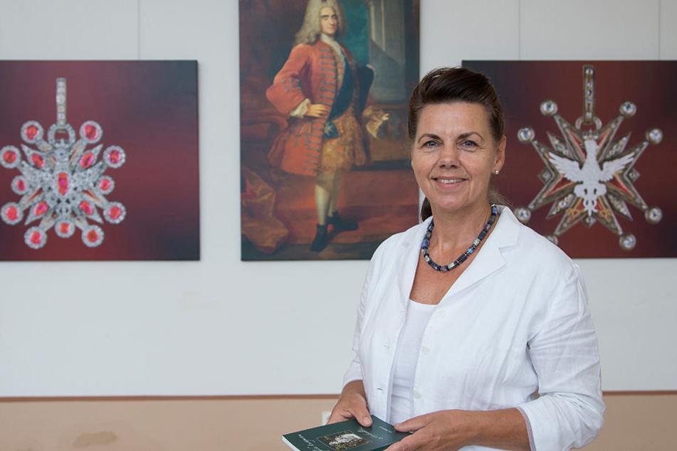 """So haben sich die Zeiten geändert. Heute ist eine Frau Herrin in Großsedlitz: Andrea Dietrich. Hinter ihr Bilder der Ausstellung """"August der Starke, der Polnische Weiße Adlerorden und die Schlösser der Wettiner""""."""