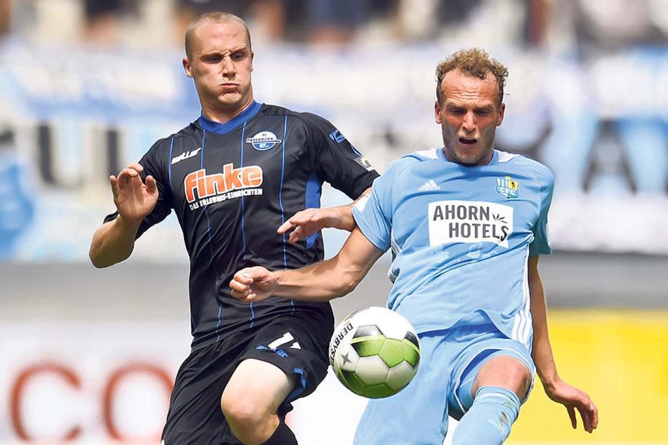 Julius Reinhardt (r., gegen Paderborns Sven Michel) monierte die vielen  Standards, die der CFC zuließ.