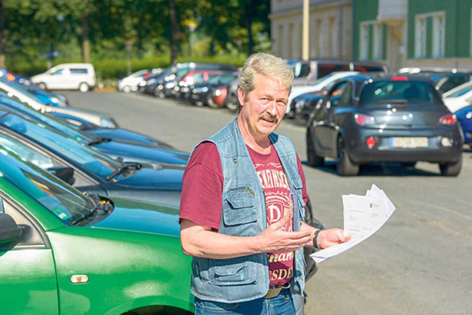 """""""Alles zugeparkt!"""": Matthias Krippendorf (55) wartet wie so viele Anwohner  der Johannstadt auf die seit Jahren vorgesehenen Bewohnerparkplätze."""