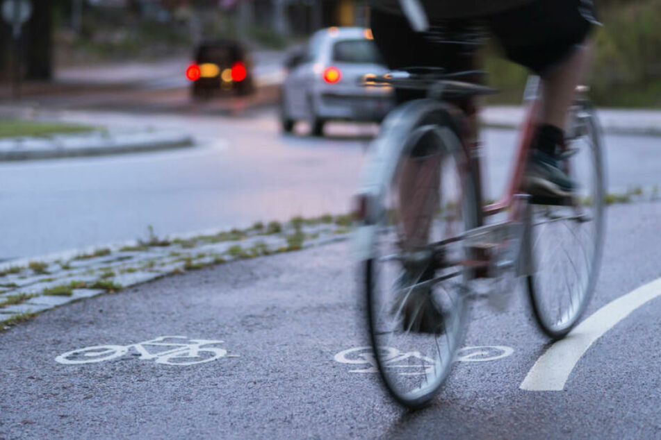 Radfahrer schaut sich nicht um und wird von Laster schwer verletzt