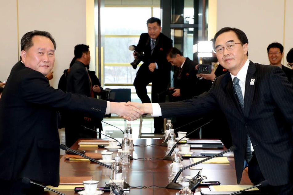 Südkoreas Vereinigungsminister und Delegationsleiter Cho Myoung Gyon (r) und sein nordkoreanischer Amtskollege Ri Son Gwon.