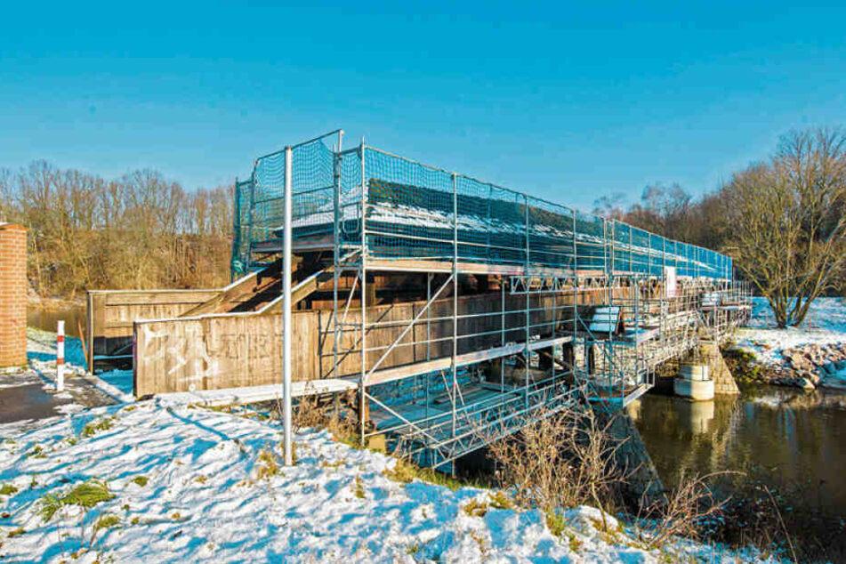 Noch eine Prestige-Baustelle: Sachsens älteste Holzbrücke, der Röhrensteg, wird derzeit ebenfalls saniert.