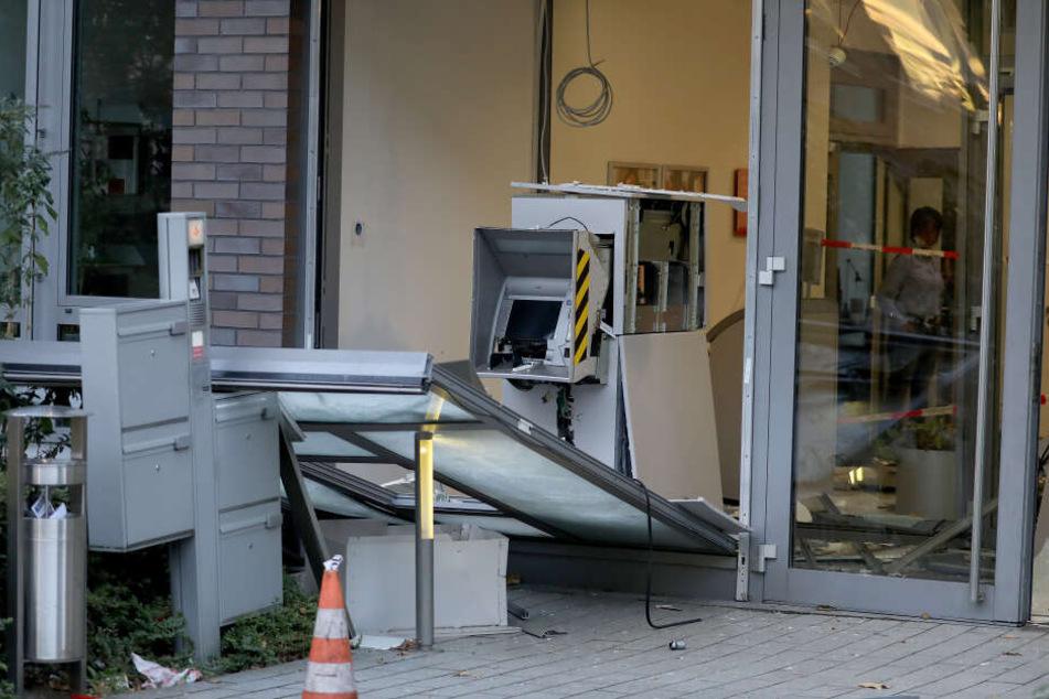 Durch die Explosion des Bankautomaten wurde der Vorraum stark beschädigt.