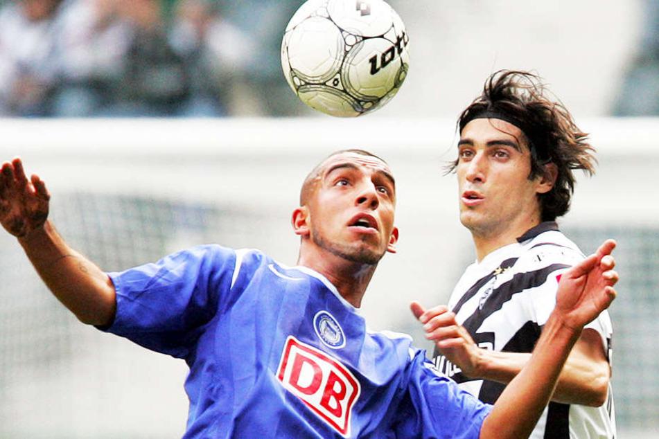 Bei Hertha BSC aktiv, in Berlin aufgewachsen, sich früh mit den Boatengs angefreundet: Ashkan Dejagah (l.) im Duell mit Gladbachs Ze Antonio (r.).