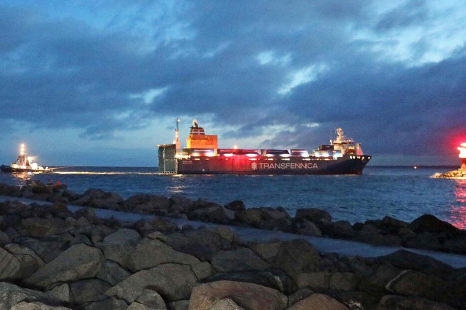 """Der Frachter """"Bore Bank"""" lief vor der Hafeneinfahrt in Rostock auf Grund. Während der Bergung stand er zeitweise quer zur Fahrrinne und behinderte den Verkehr."""