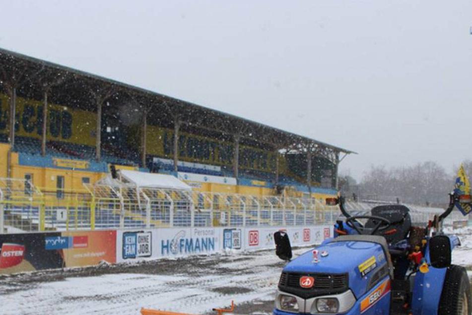 Das wäre nichts geworden: Der Rasen im Bruno-Plache-Stadion war jetzt wochenlang vereist, die Zuschauerränge schneeverweht.