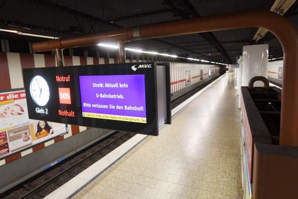 Die Anzeigentafel an einer U-Bahnhaltestelle zeigt einen Hinweis zum Streik.