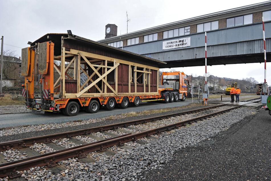 Tieflader brachten die historischen Holzhäuschen nach Chemnitz.