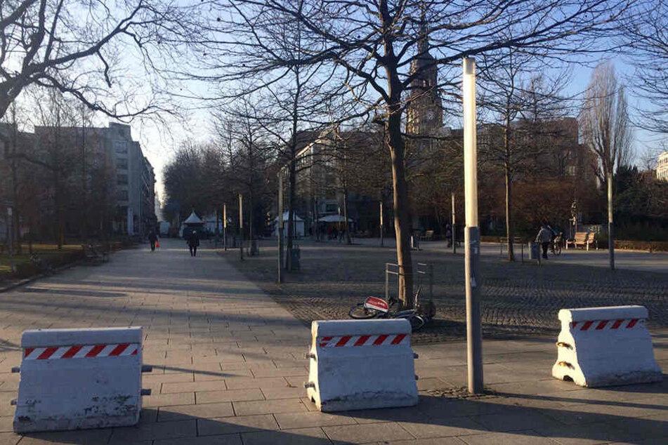 Mehrere Betonklötze wurden jetzt auch vor anderen Dresdner Weihnachtsmärkten aufgestellt, wie hier Richtung Augustusmarkt auf der Hauptstraße.