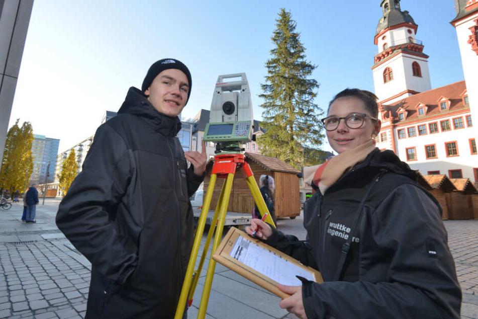 Die Vermessungstechniker-Azubis Lukas Reinhardt (19) und Jody Ulbricht (23) ermittelten die exakte Größe des Weihnachtsbaums.