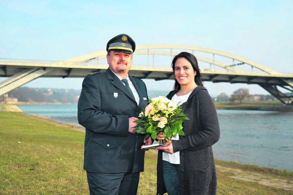 Vom Polizeidirektor René Demmler (47) gab es gestern schonmal Blumen und ein Buch für die mutige Kollegin Khaterah Jacob (34).