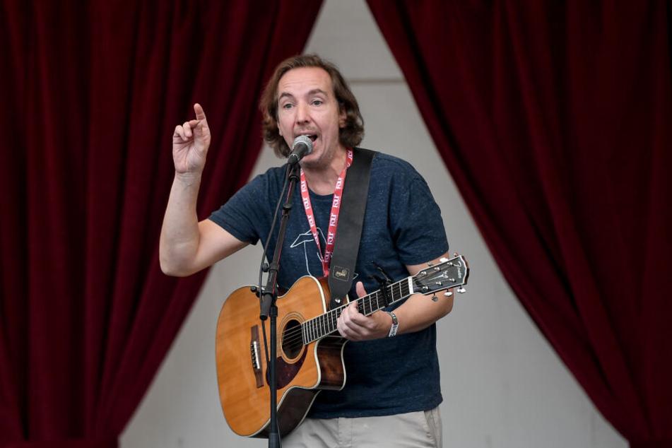 Olli Schulz steht bei einem Aufritt in Berlin auf der Bühne.