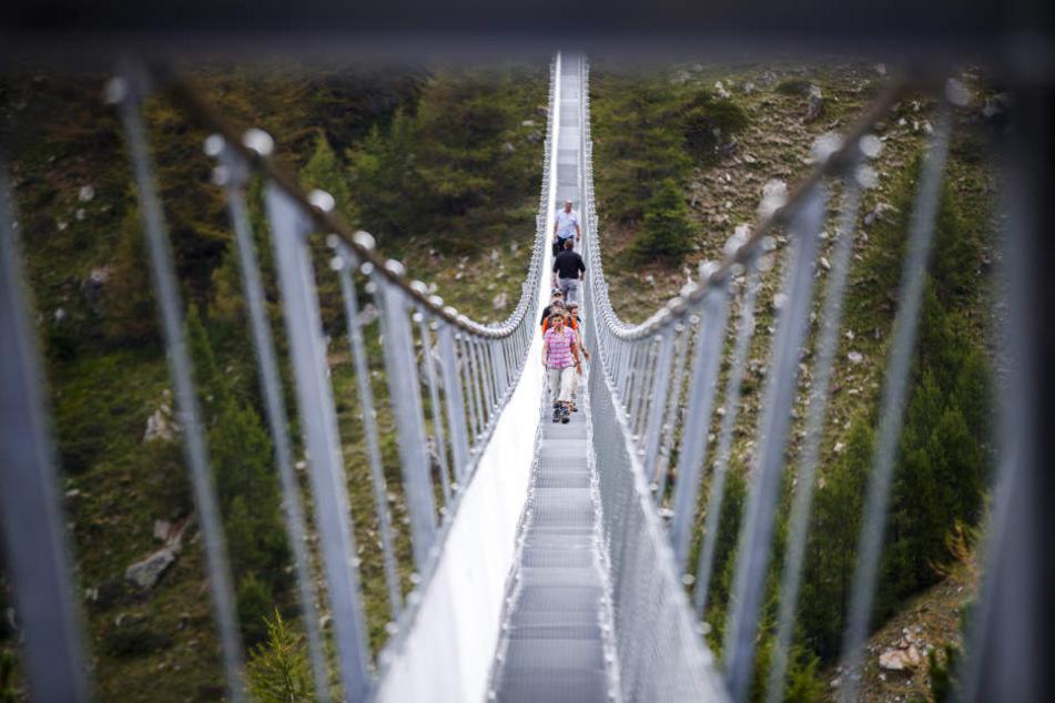 Die bislang längste Hängebrücke der Welt gibt es in Randa (Schweiz).