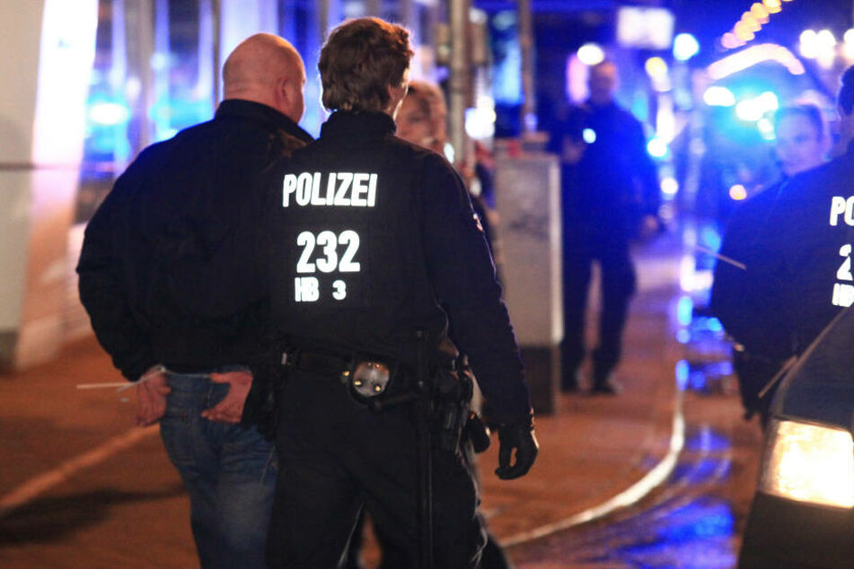 Eine Nacht voller Schlägereien: Angreifer rammt Polizist gegen Schaufenster