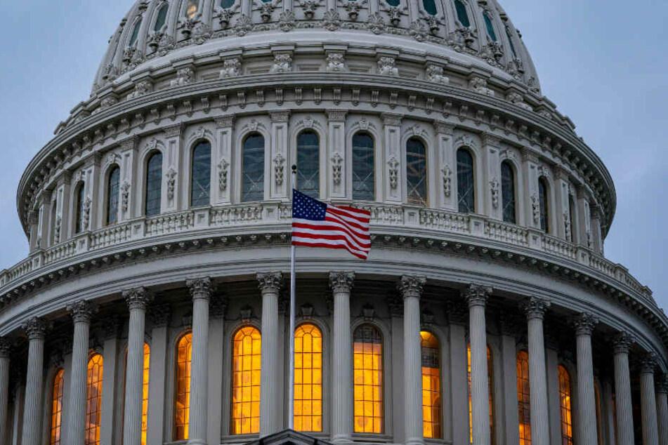 Die Flagge der Vereinigten Staaten vor dem Kapitol. Wie geht es weiter mit Präsident Donald Trump?