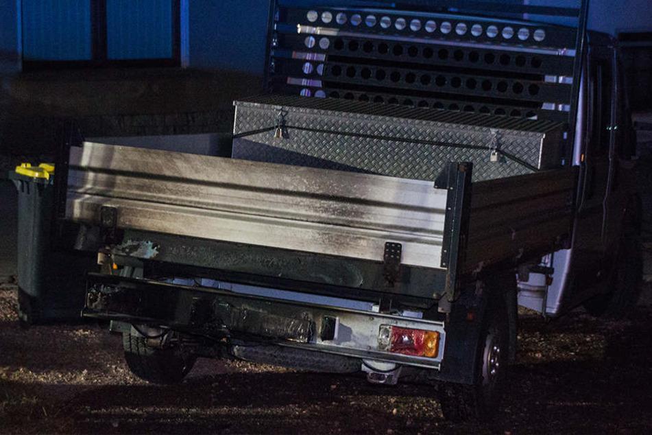 Auch ein in der Nähe geparkter Transporter wurde durch das Feuer beschädigt.