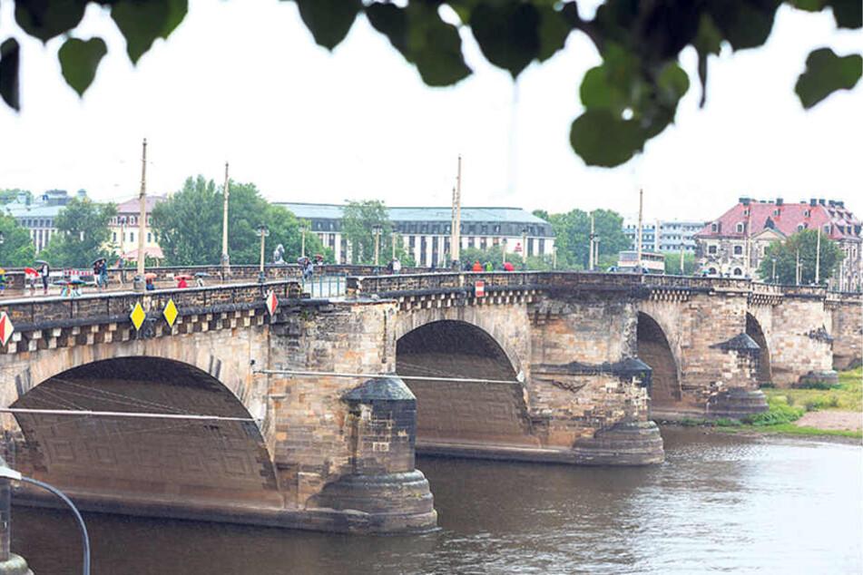 Eine der Kanzeln der Augustusbrücke war akut absturzgefährdet.  Für die Restaurierung wurden die Steine abgetragen.