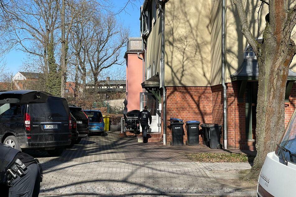 Die Polizei hat insgesamt 16 Objekte im brandenburgischen Neuruppin durchsucht.