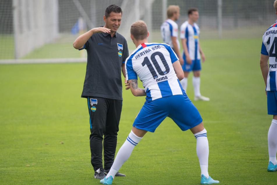 Ante Covic (l.) spricht viel mit seinen Spielern und versucht seine Spielidee zu vermitteln.
