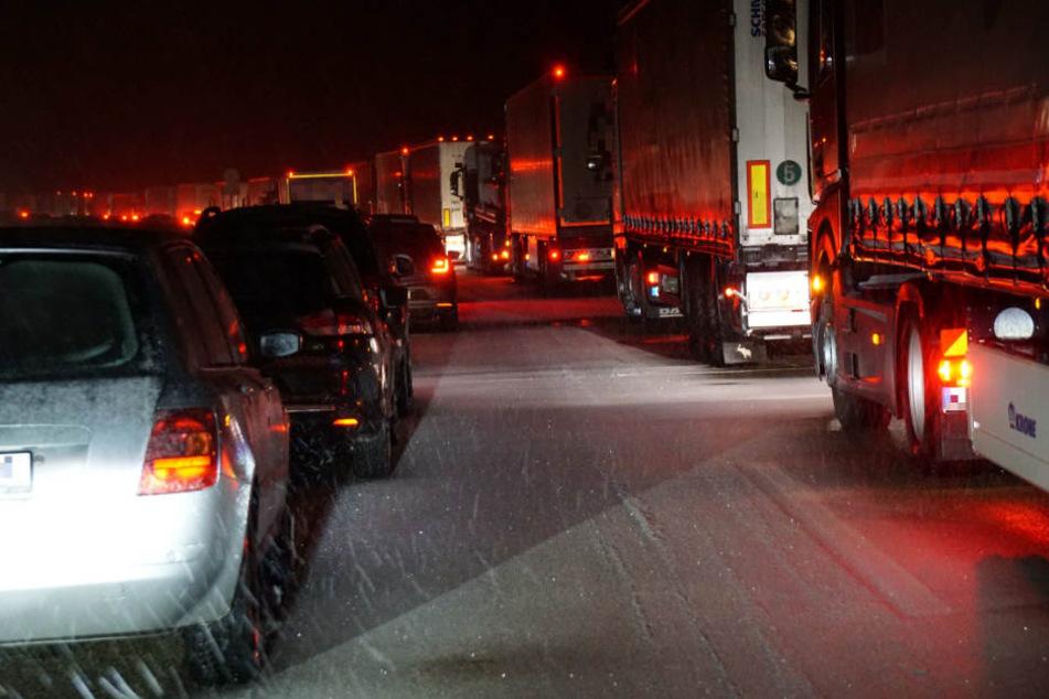 Vollsperrung A8: Autofahrer verbringen Nacht im Stau, Frau wird tot in ihrem Wagen aufgefunden