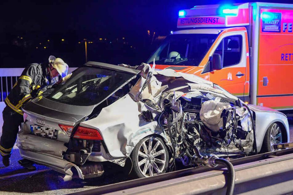 Besonders die Beifahrerseite des Autos ist durch den Unfall völlig zerstört.