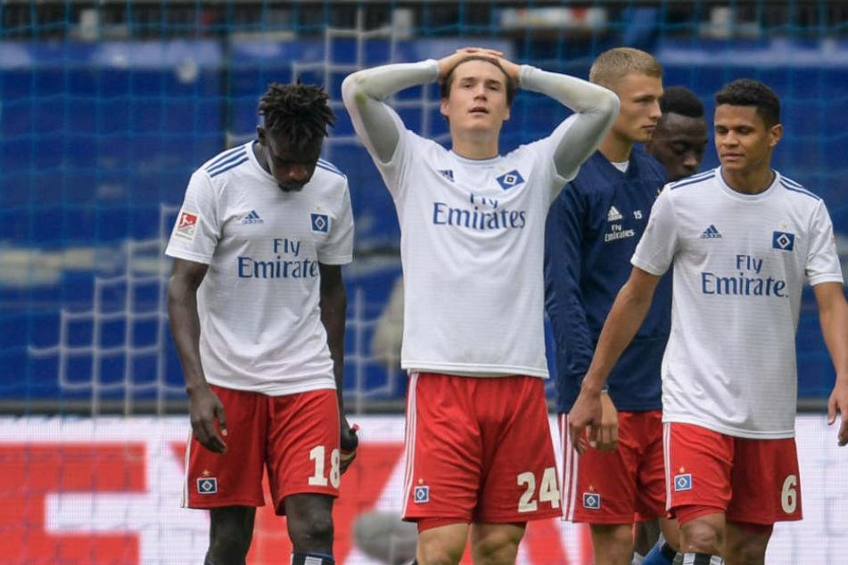 Die HSV-Spieler verlassen den Platz nach dem Spiel deutlich enttäuscht.