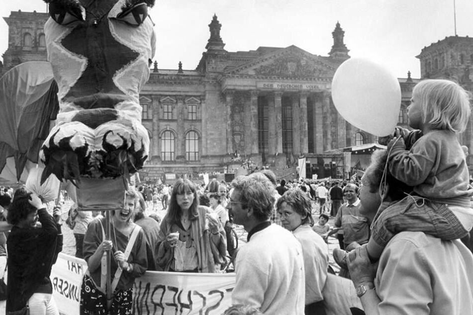 So geht's auch: 1987 feierten rund 50.000 West-Berliner vor dem Reichstag.