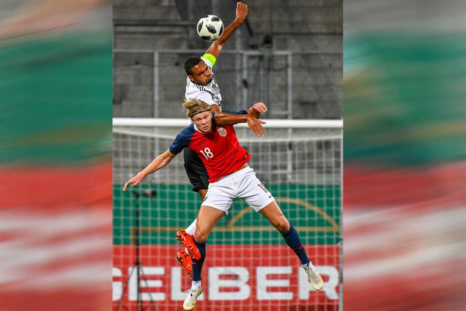 Erling Braut Haaland (u.) im Duell mit Jonathan Tah beim U21-EM-Qualifikationsspiel am 12. Oktober 2018.