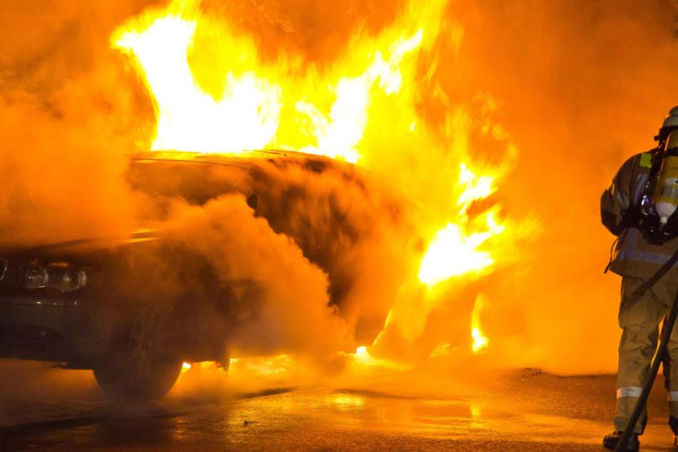 Die Feuerwehr konnte den Brand unter Kontrolle bekommen. Ob es sich um eine Brandstiftung handelte, wird zur Zeit noch ermittelt. (Symbolbild)