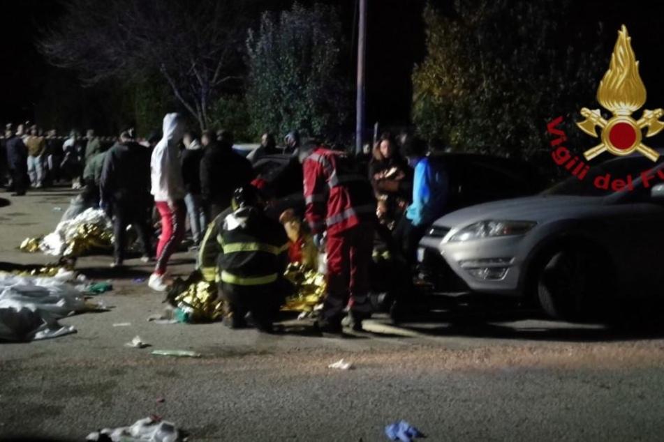 Ärzte und Rettungskräfte kümmern sich um Verletzte vor der Diskothek.