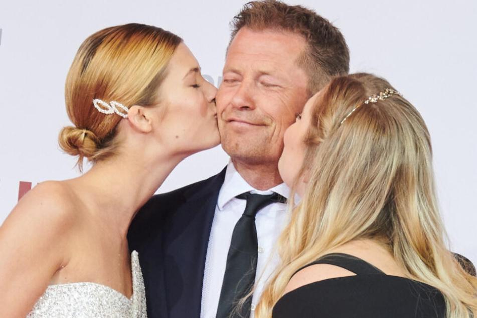"""Til Schweiger, Schauspieler, genießt die Küsschen seiner Töchter Lilli (l) und Luna. Sie kommen zur Weltpremiere seines neuen Films """"Die Hochzeit"""" im Zoo Palast."""