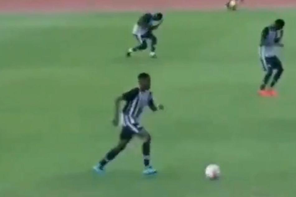 Während ihr Kollege im Vordergrund einfach weiter spielt, gehen zwei seiner Mitspieler im Hintergrund zu Boden.