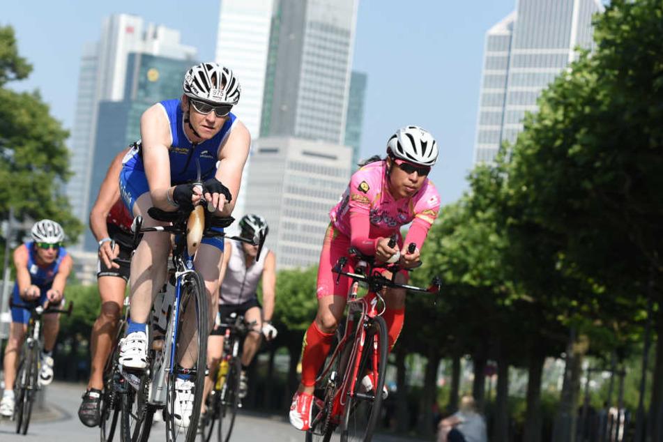 Für die Lauf- und Radstrecke der Triathleten werden einige Straßen in Frankfurt gesperrt. (Symbolbild)