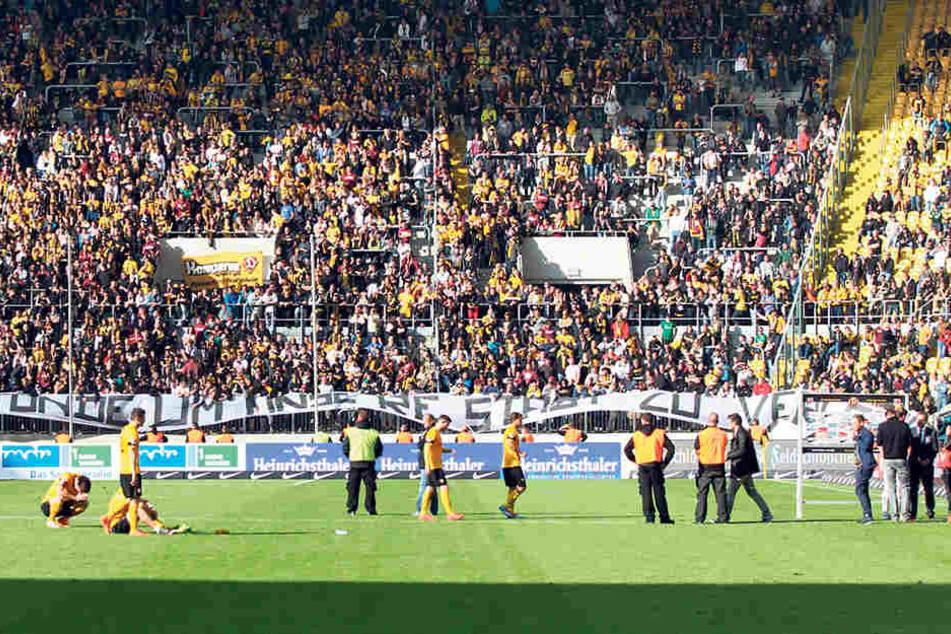 Vor drei Jahren war das Verhältnis zwischen Fans und Mannschaft angespannt - das Plakat am letzten Spieltag zeigte das noch einmal deutlich.