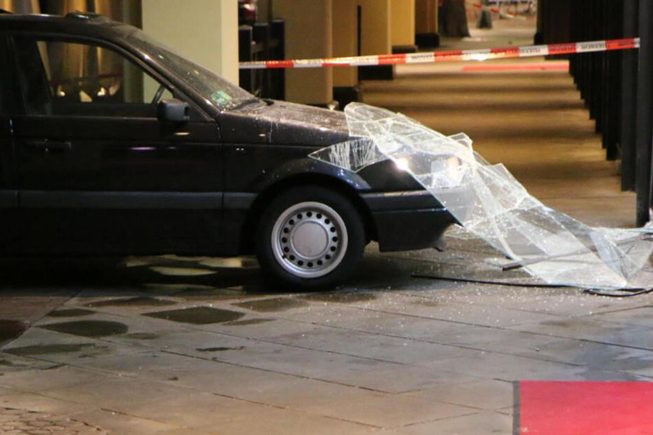 Das Auto zerstörte die Glasfront.