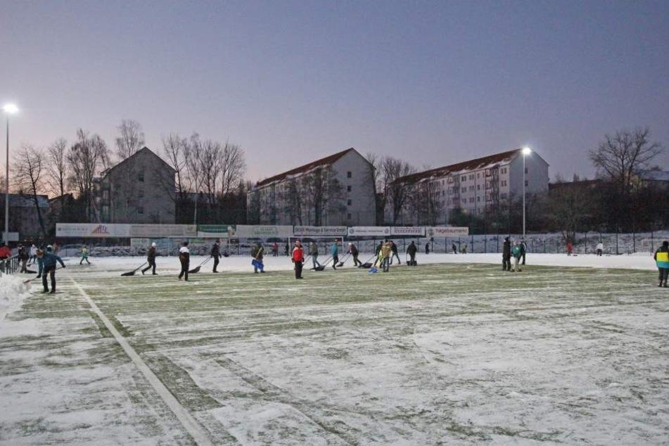 Schon vor zwei Jahren haben die FSV-Fans zur Schippe gegriffen: Damals versanken die Trainingsplätze in Zwickau im Schnee.
