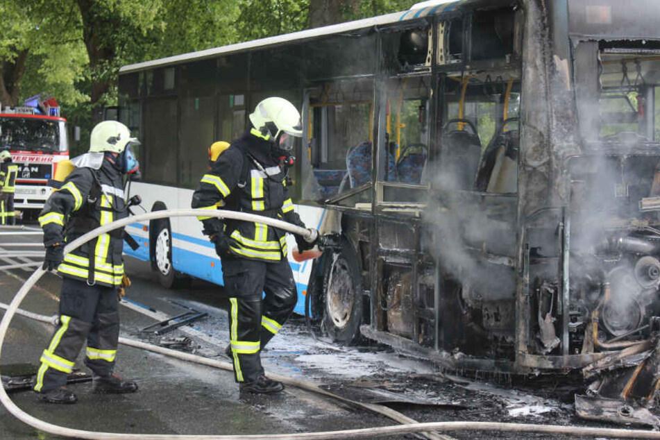 Das Heck des Busses stand in Flammen.