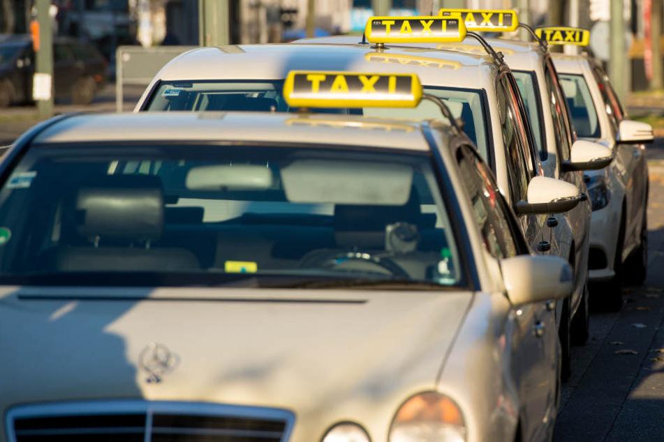 In Speyer überfiel ein Mann eine Taxifahrerin und flüchtete mit ihrem Auto vor der Polizei. (Symbolbild)