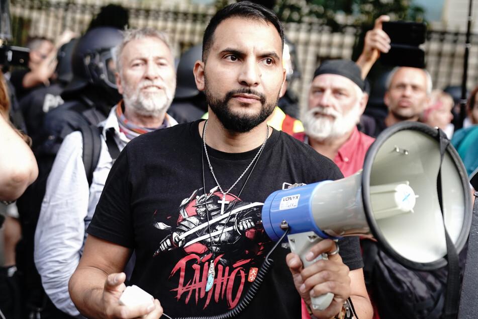 Attila Hildmann spricht vor der russischen Botschaft bei einer Demonstration gegen die Corona-Maßnahmen. Der Wut-Koch ist inzwischen in die Türkei geflüchtet.