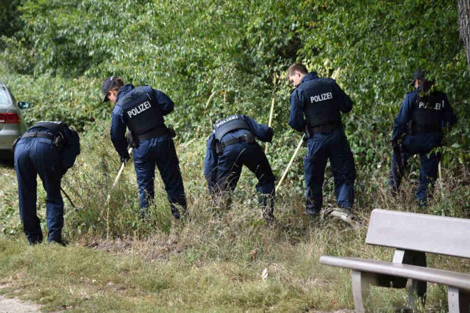 Die Polizei durchkämmte das Gelände rund um Viernheim nach Spuren.