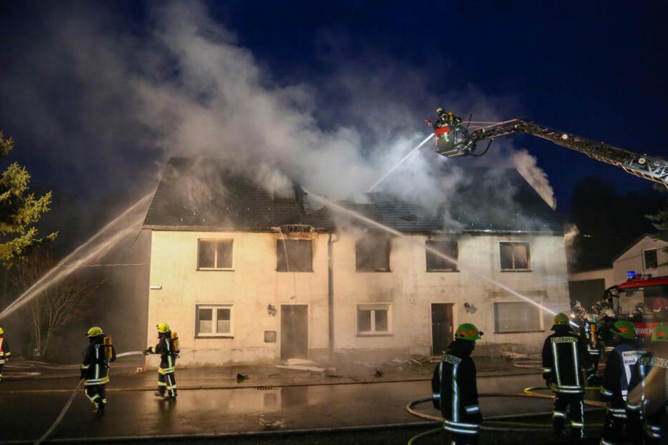 Noch am Abend bekämpften die über 70 Feuerwehrleute das Feuer.
