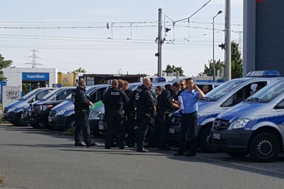 Dutzende Polizisten und ein Hubschrauber sind an der Suche nach Mike W. beteiligt.