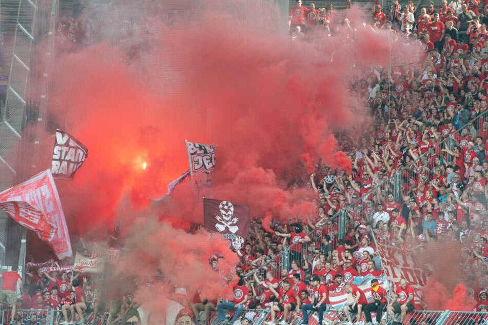Anhänger des 1. FC Köln beim vergangenen Auswärtsspiel in Magdeburg. Hier zündeten etliche Fans Pyrotechnik.