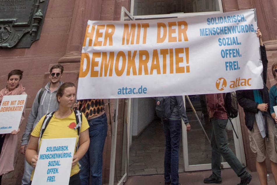 """""""Attac""""-Aktivisten stehen vor der Paulskirche in Frankfurt."""