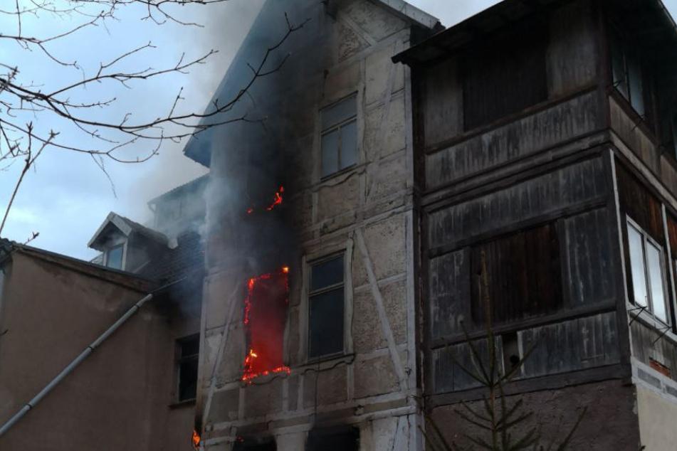Die Feuerwehr kämpft seit Freitagmorgen gegen die Flammen.