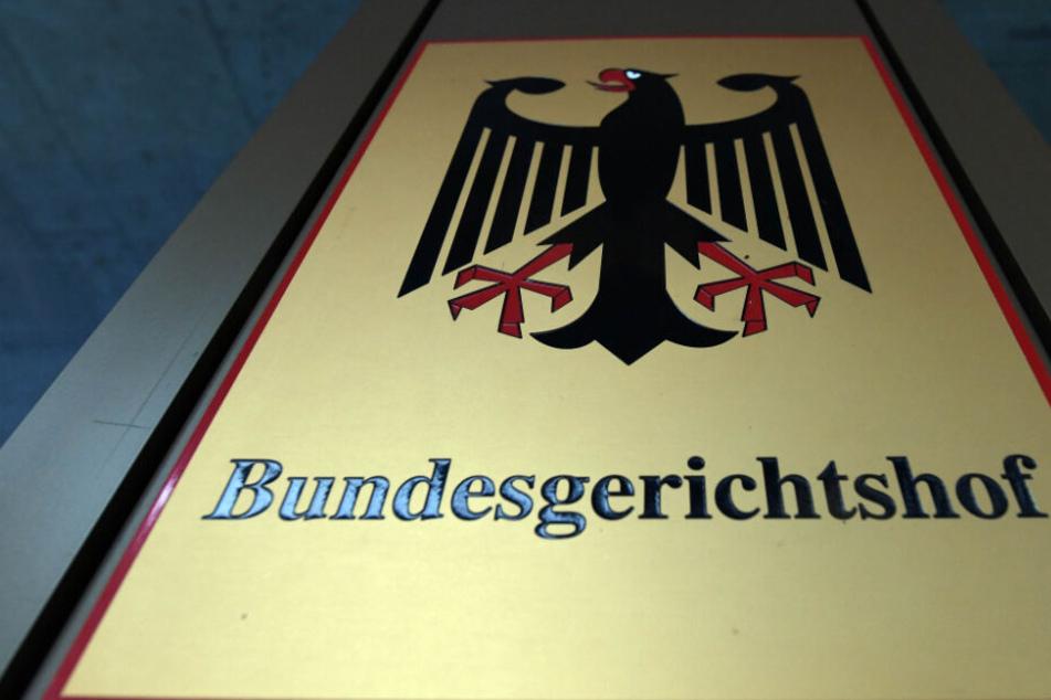 """Ein Hinweisschild mit Bundesadler und Schriftzug """"Bundesgerichtshof""""."""