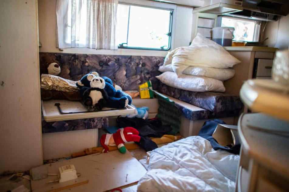 Im Wohnwagen des mutmaßlichen Täters Andreas V. liegen Plüschtiere herum.