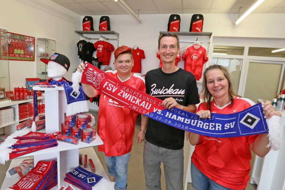 Peggy Dittrich, Christian Würtemberger und Sandra  Korn präsentieren im neuen FSV-Fanshop die Fanartikel zum Pokalfight gegen den  HSV.