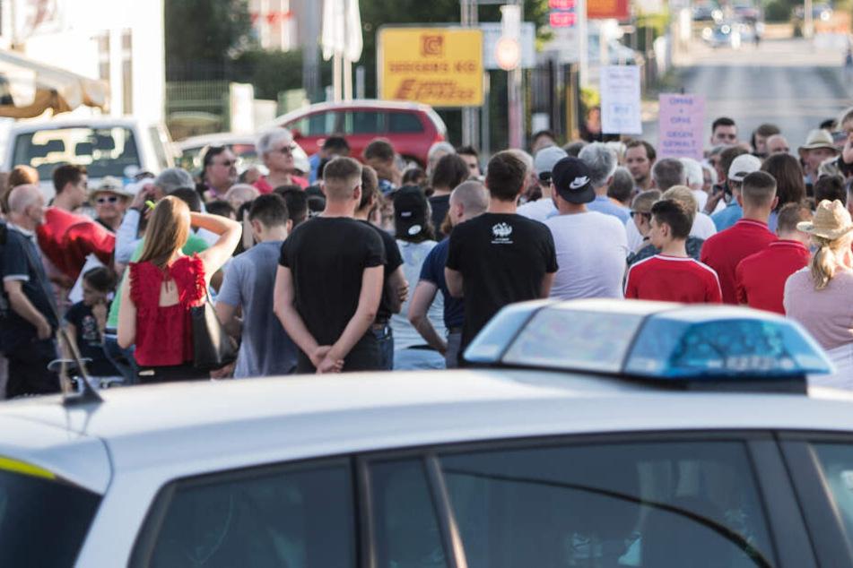"""Teilnehmer bei der Mahnwache """"Kein Platz für Rassismus"""" am 23.Juli 2019."""