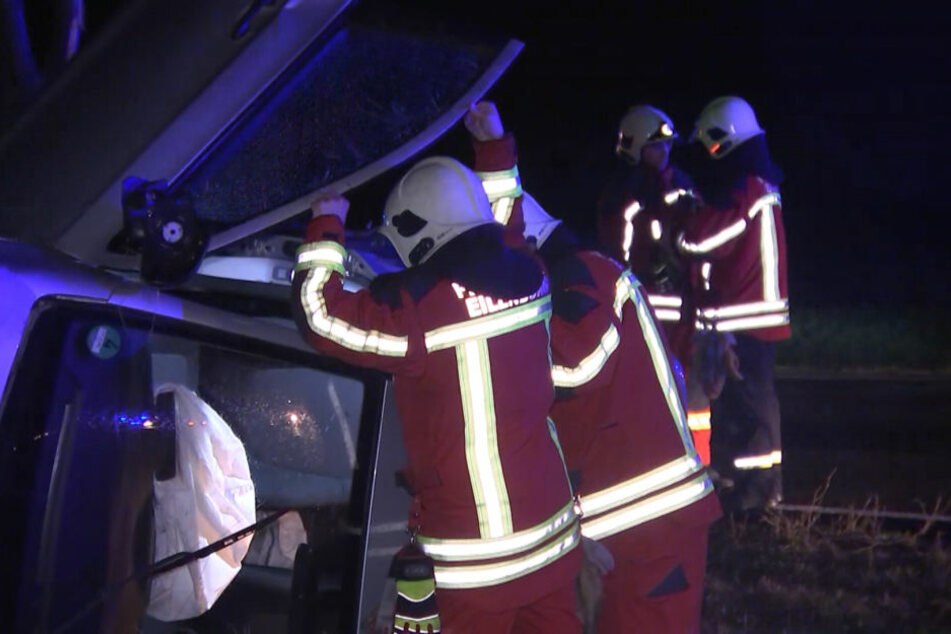 Ersthelfer hatten den 75-Jährigen bereits aus dem Wagen befreit, als die Rettungskräfte eintrafen.